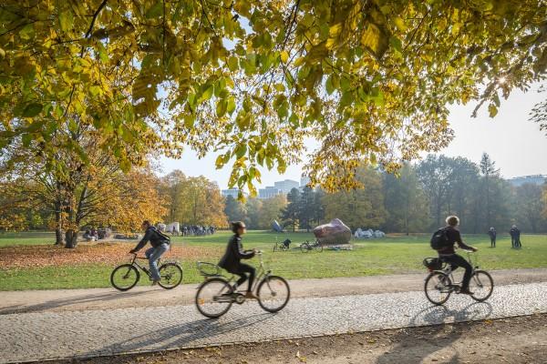 Fahrradfahren in der Stadt. Hier: Tiergarten. Berlin, 29.10.2015