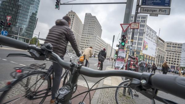 Fahrradfahren in der Stadt. Hier: Potsdamer Platz. Berlin, 13.10.2015