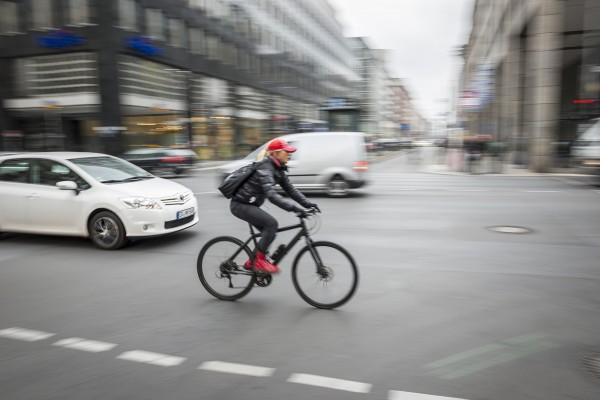 Fahrradfahren in der Stadt. Hier: Leipziger Straße, Berlin-Mitte. Berlin, 13.10.2015