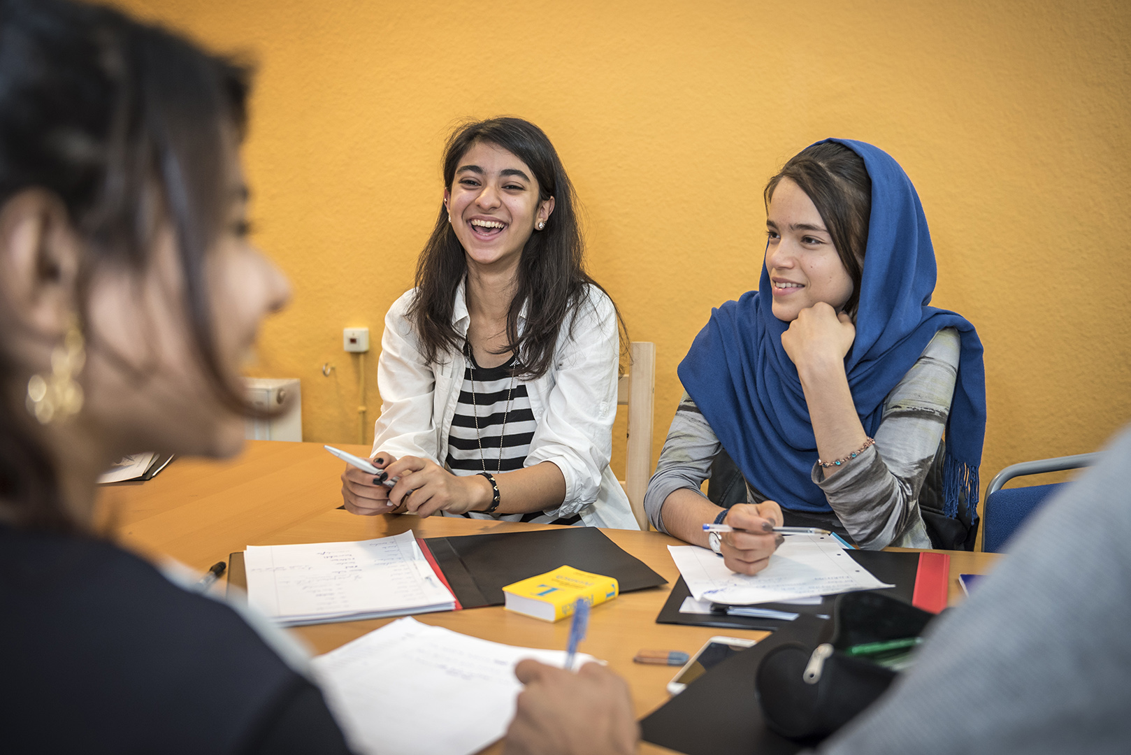 """Sanas Solimani (middle), age 15, from Afganistan, participant at the refugee summer school at """"lehrreich"""" in Berlin-Wilmersdorf, together with other asylum-seekers. Sanas dreams of being a pharmacist when she grows up. That's why she's spent her summer holiday studying German. Germany, Berlin, 29/08/2016"""