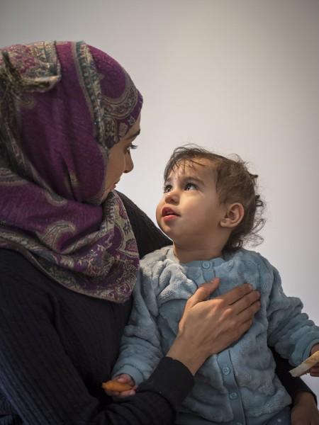 Die syrische Familie Abd Alrahman. Nour (30) mit Ihrer einjährigen Tochter Joly. SIe sind sie wegen des Krieges in Syrien aus ihrer Heimatstadt Aleppo. Hier wohnen sie in einer privaten Zwischen-Unterkunft. Potsdam, Berliner Straße, 19.11.2015
