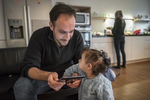 Die syrische Familie Abd Alrahman. Mahmoud (33) und seine Frau Nour (30) sind Grundschullehrer. Gemeinsam mit Ihrer einjährigen Tochter Joly sind sie wegen des Krieges in Syrien aus ihrer Heimatstadt Aleppo geflohen. Hier sind sie in einer privaten Zwischen-Unterkunft. Potsdam, 19.11.2015