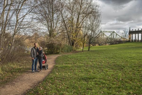Die syrische Familie Abd Alrahman. Mahmoud (33) und seine Frau Nour (30) sind Grundschullehrer. Gemeinsam mit Ihrer einjährigen Tochter Joly sind sie wegen des Krieges in Syrien aus ihrer Heimatstadt Aleppo geflohen. Potsdam, 19.11.2015