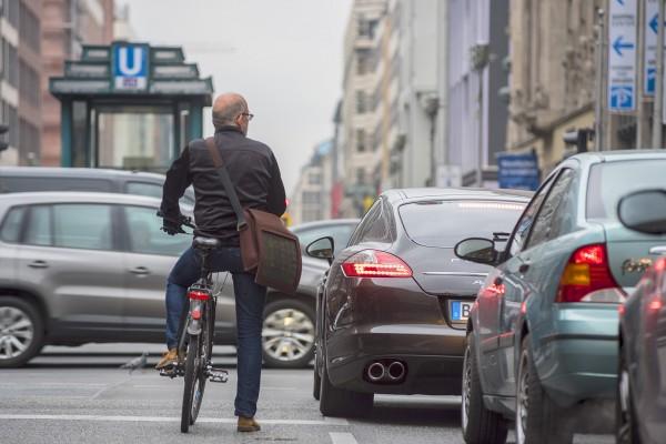 Fahrradfahren in der Stadt. Hier: Friedrichstraße in Berlin. Berlin, 29.10.2015