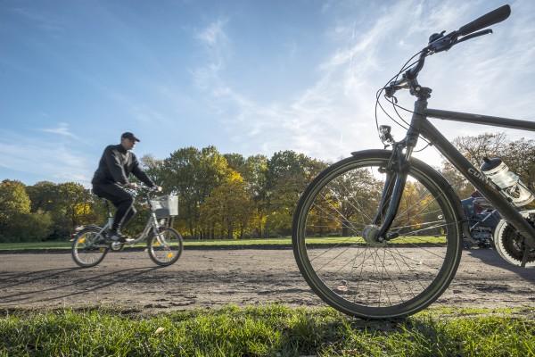 Fahrradfahren in der Stadt. Hier: Treptower Park, Berlin-Treptow. Berlin, 26.10.2015