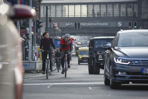Fahrradfahren in der Stadt. Hier: Friedrichstraße, Berlin-Mitte. Berlin, 29.10.2015