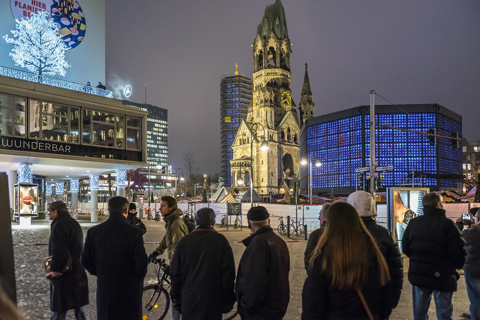 Abend nach dem Terroranschlag auf dem Weihnachtsmarkt am Breitscheidplatz, beim Bikini-Haus. Im Hintergrund die Kaiser-Wilhelm-Gedächtniskirche. Berlin Charlottenburg, 20.12.2016