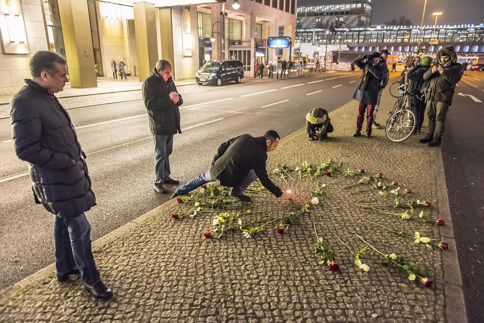 Kerzen und Blumen auf der Hardenbergstraße, am Abend nach dem Terroranschlag auf dem Weihnachtsmarkt am Breitscheidplatz. Berlin Charlottenburg, 20.12.2016