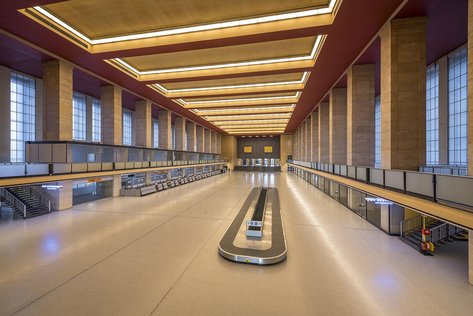 Ehemalige Eingangshalle vom Flughafen Tempelhof. Steht unter Denkmalschutz. Berlin-Tempelhof, 16.01.2017