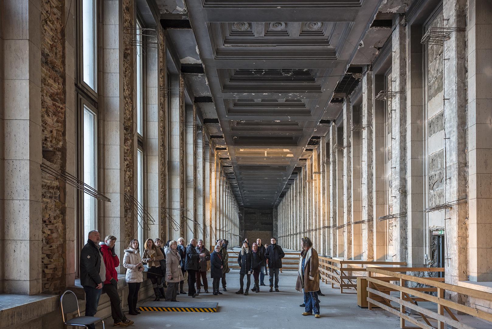 Gruppenführung durch den ehemaligen Flughafen Tempelhof. Raum über dem Eingangsbereich der Eingangshalle. Berlin-Tempelhof, 16.01.2017