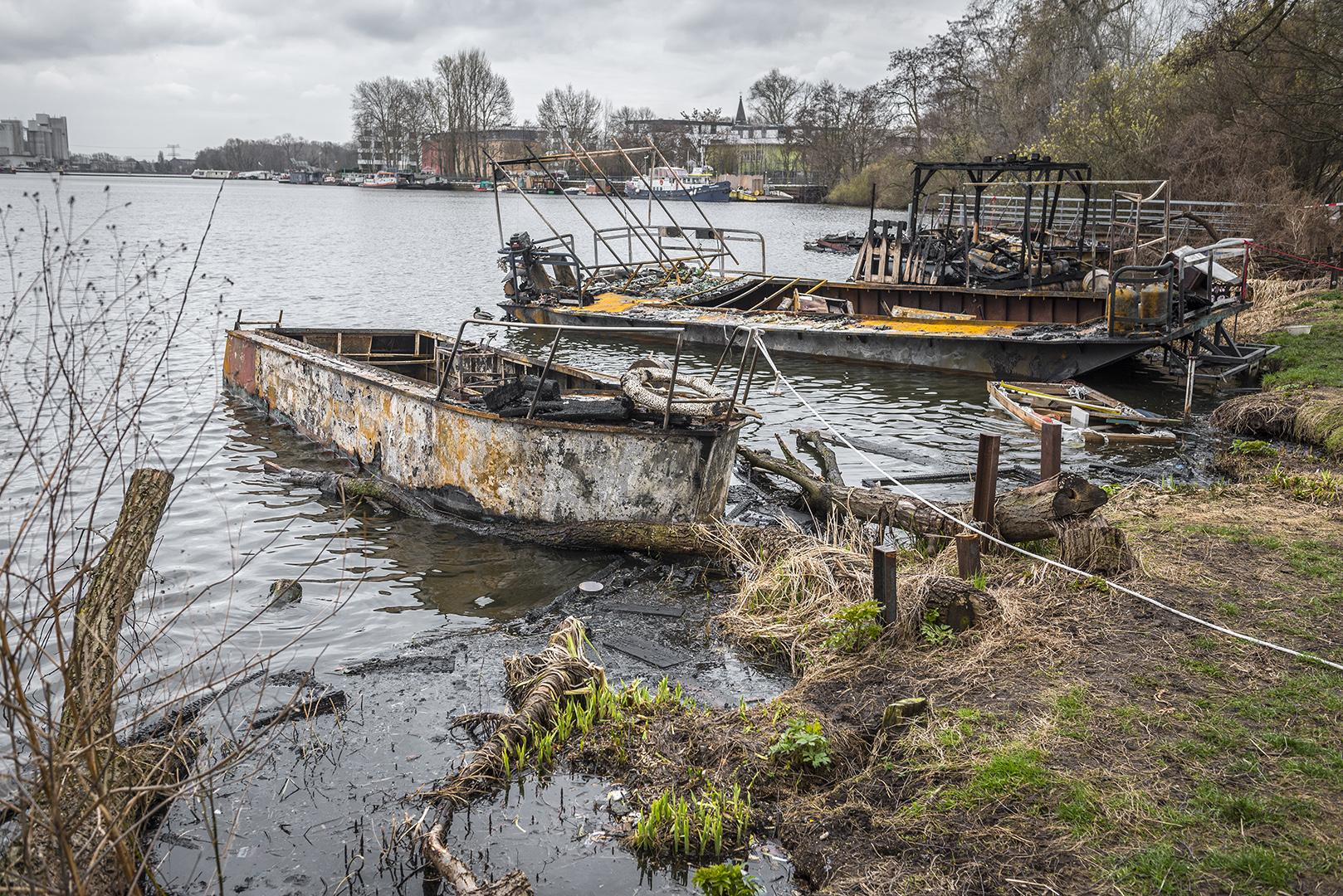 Ausgebrannte Boote von Lummerland, am Tag nach dem Brand. Rummelsburger Bucht, Berlin Lichtenberg, 23.03.2017