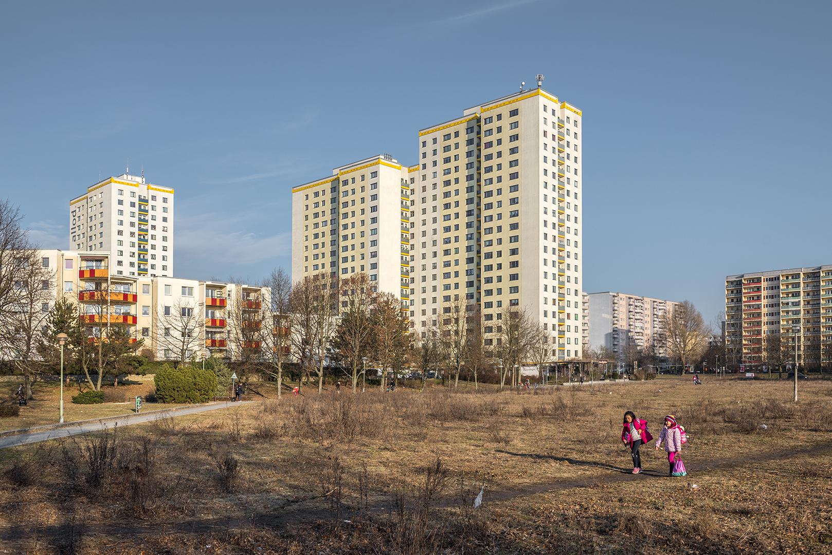 Gelände an der Ludwig-Renn-Straße, mit angrenzenden Plattenbauten. Berlin-Marzahn, 16.02.2017