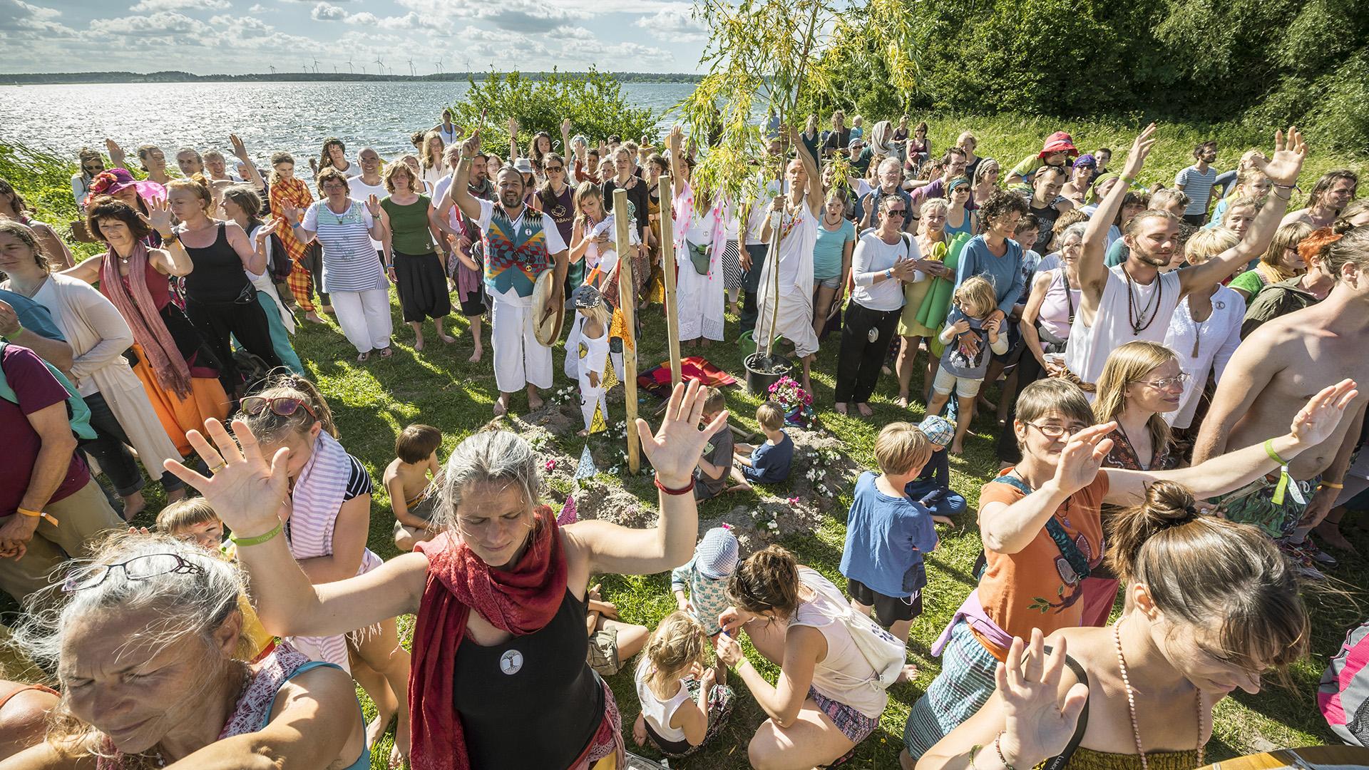Yoga Love Festival auf der Insel Plauer Werder. Friedensbaum Zeremonie mit Isabella und Matthias Walter. Mecklenburg, 17.06.2017