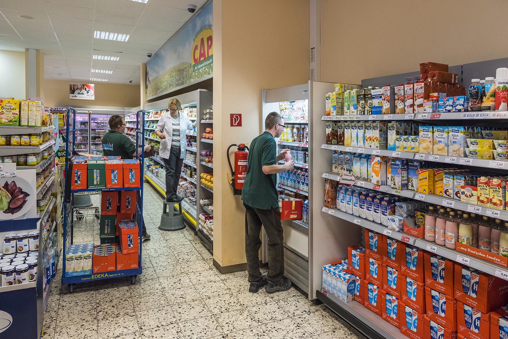 Sascha Miericke (vorne), Mitarbeiter im CAP-Markt, und die Filialleiterin, Christa Noack (auf der Stufe). Berlin-Lichtenberg, 31.04.2017